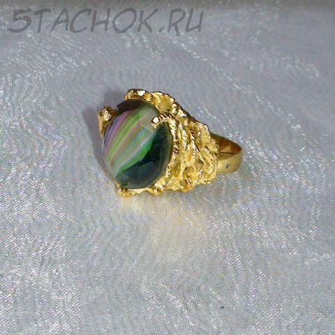 Кольцо мужское зеленый топаз под золото