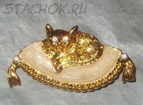 """Брошь """"Кошка на кремовой подушечке"""" под золото, камушками сваровски и ювелирная эмаль"""