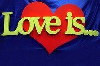 Центральный элемент декора сердце с надписью Love is...
