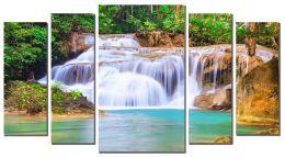 Белые струи водопада