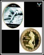 Мэрлин Монро лежит на темном фоне жетон цветной принт