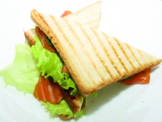 Сэндвич с копчёной форелью