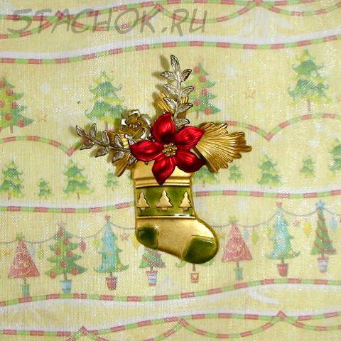 """Брошь """"Рождественский подарок"""" под золото, эмаль, чеканка"""