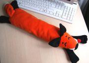 подушка-валик сшита из мягкого ворсистого флиса