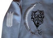 Ворсистый рисунок волка на спине толстовки станет верным оберегом.