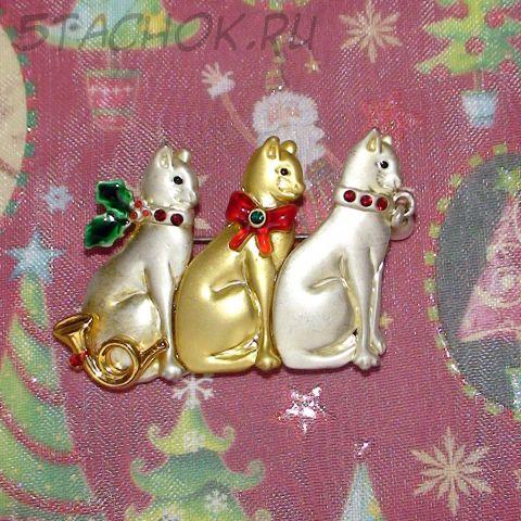 """Брошь """"Три новогодних котика"""" под золото, серебро, эмаль, стразы"""