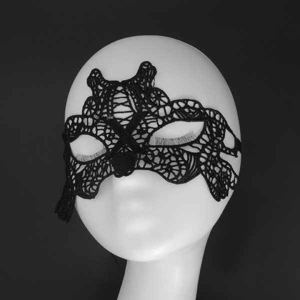 Карнавальная маска черного цвета
