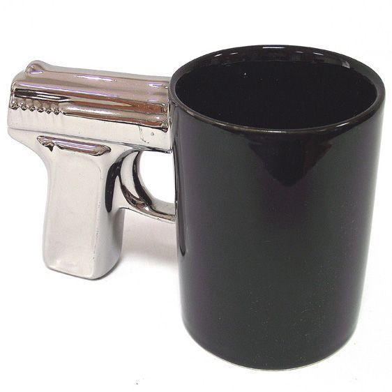Кружка Пистолет черная с посеребренной ручкой