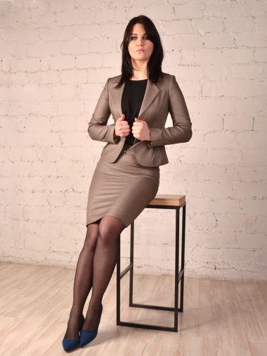 Элегантный костюм с юбкой бежево-коричневого цвета