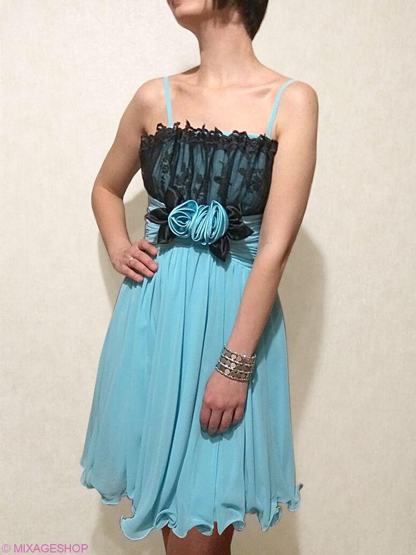 Платье украшено кружевом и брошью в виде композиции из цветов