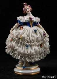 Дама-кружевница в платье с синим лифом и длинных перчатках, Muller & Co, Volkstedt, Германия, 1907-1952 гг