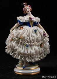 Дама-кружевница в платье с синим лифом и длинных перчатках, Muller & Co, Volkstedt, Германия, 1907-1952 гг.
