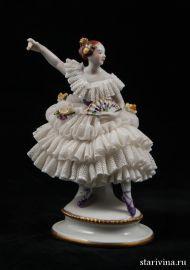 Балерина-кружевница в сиреневом платье с веером, Volkstedt, Германия.