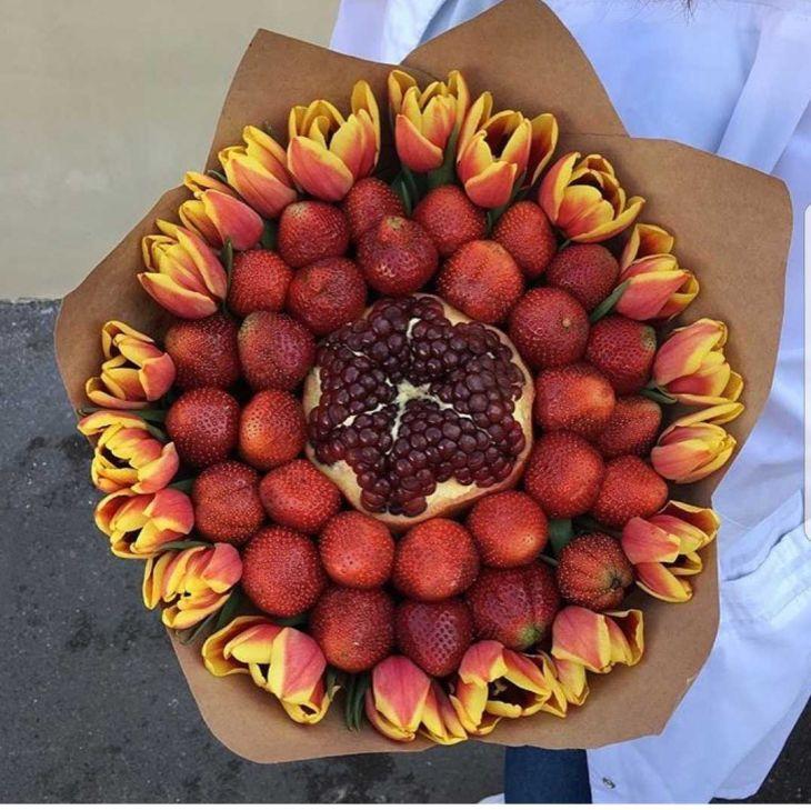 букет из тюльпанов и клубники
