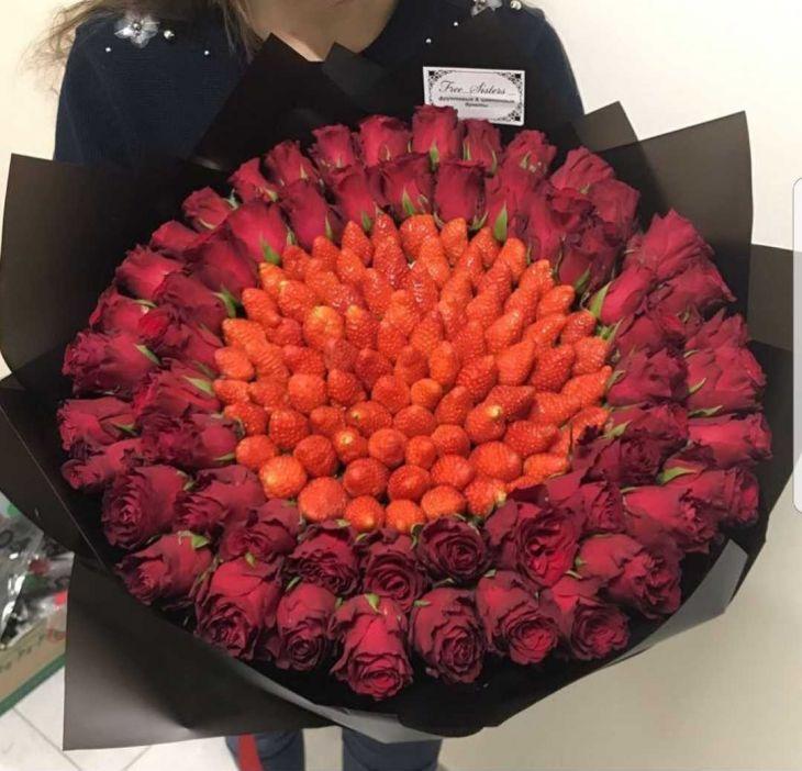 Огромный букет роз и клубники