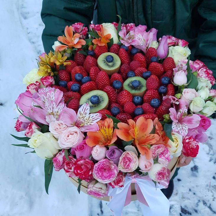 Вкусная коробочка из фруктов и цветов