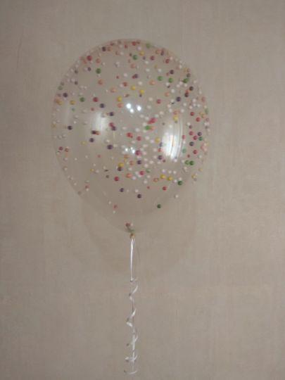 Шар с гелием с разноцветными пенопластовыми шариками