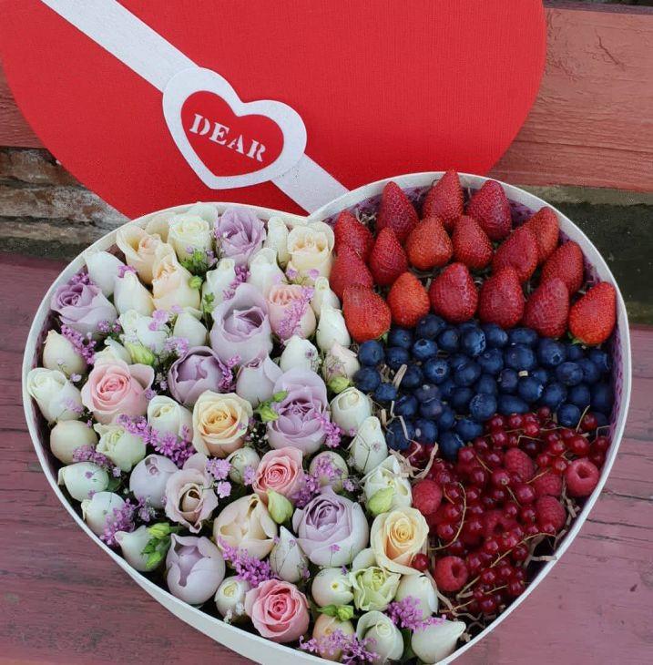 Коробочка из ягод  и цветов