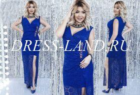 Синее кружевное платье с разрезом и брошью