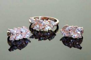 Комплект позолоченных украшений - серьги и кольцо с искусственными бриллиантами (арт. 250152)