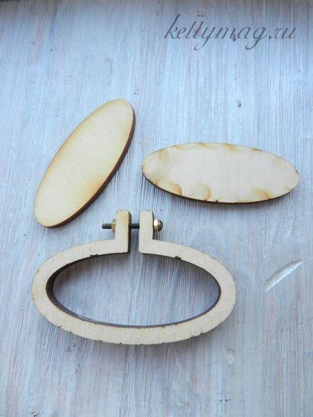 Мини-пяльцы рамка овал горизонтальный 6,3 см с основой для натяжки и закрепления ткани.