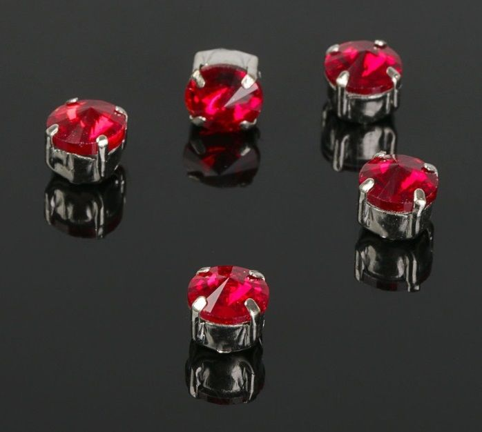 Стразы в серебристых цапах, цвет темно-красный 6*6 мм, 5 шт/упак