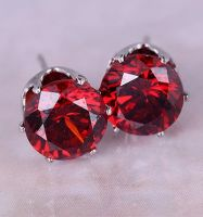 Стальные серьги-гвоздики с красным камнем