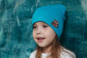 Тонкая шапка с брошью Котики
