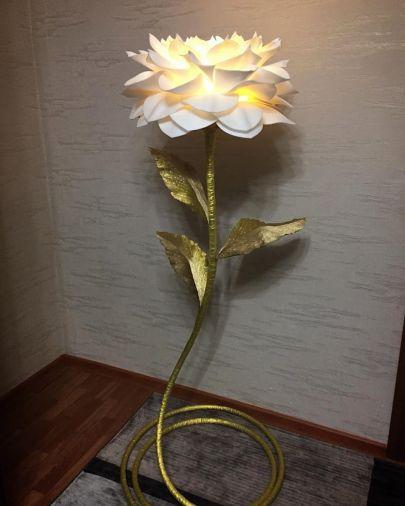 Торшер белый георгин на золотом стебле