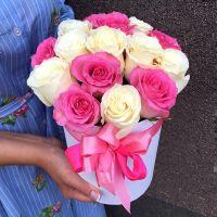 15 бело-розовых роз в шляпной коробке