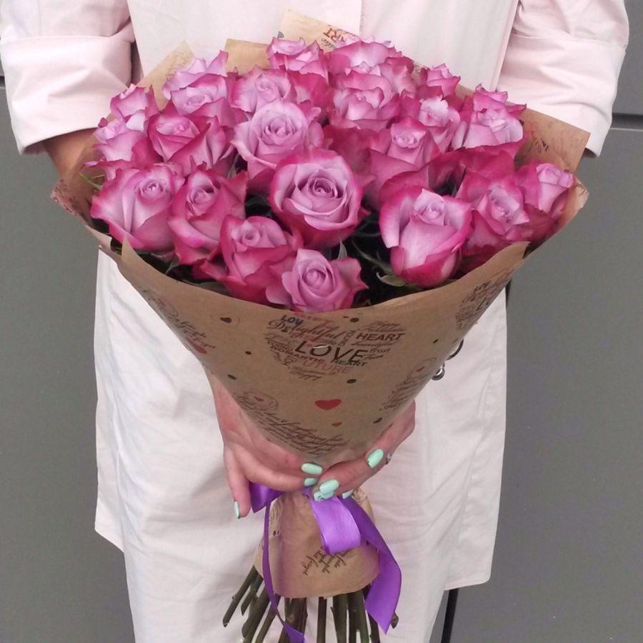 25 сиреневых роз в крафт бумаге