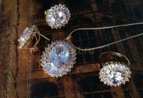Комплект позолоченных уркшений с крупными камнями - серьги, кольцо, подвеска (арт. 880210)