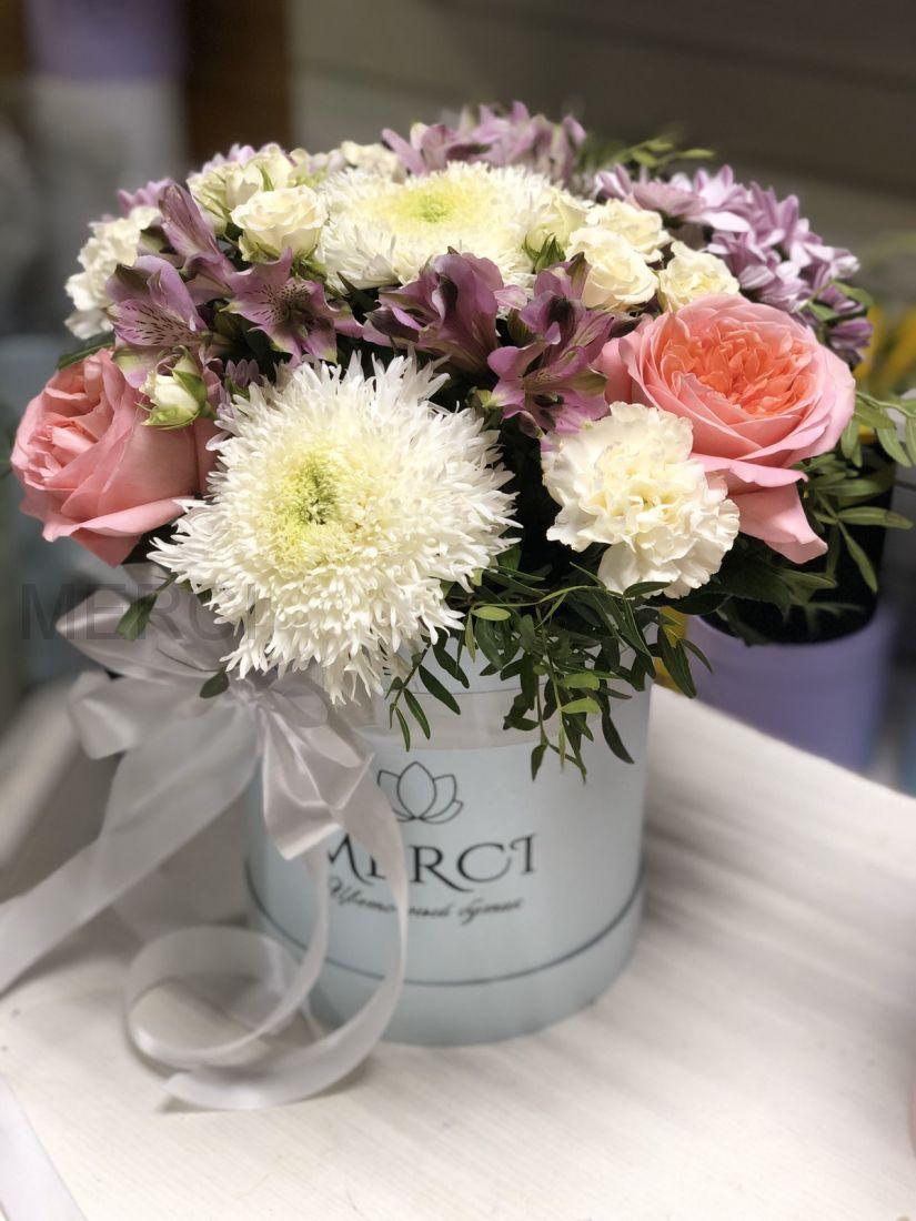 Коробка с альстромериями, хризантемами и розами