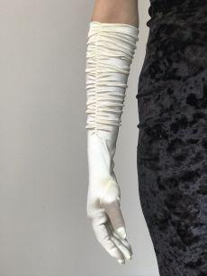 Белые перчатки с оборками
