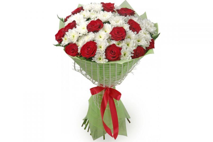 Красное и белое (букет из хризантем и роз)