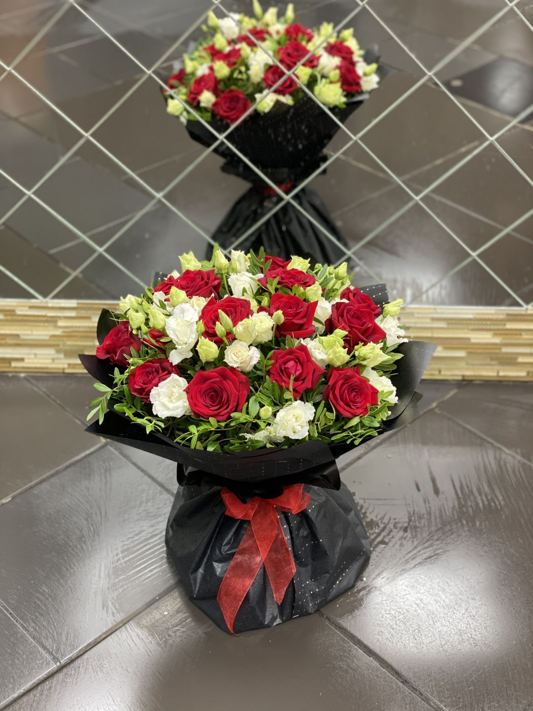 Букет из 15 роз и 6 лизиантусов, зелени