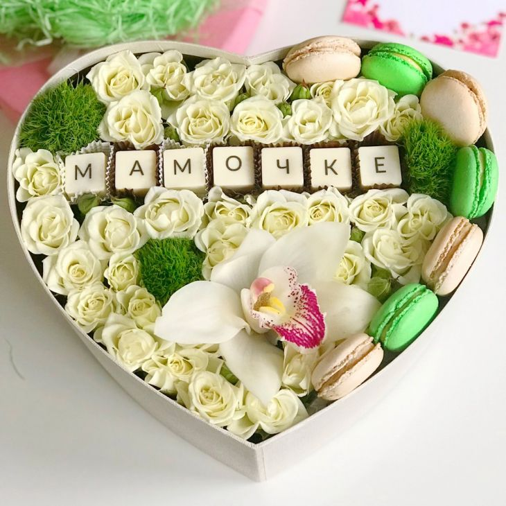 Коробочка Мамочке из орхидеи и роз