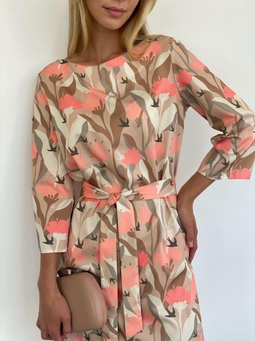 s2119 Платье-трапеция длины миди с бежево-розовым принтом