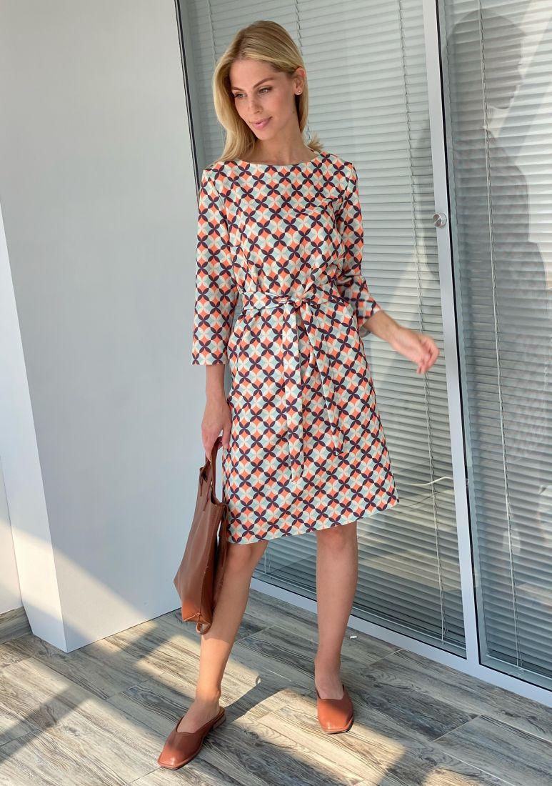 s2237 Платье прямое с лаконичным принтом