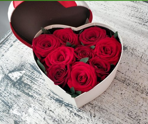 Валентинка из роз в коробке сердце