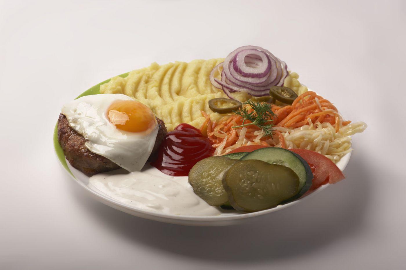 Бифштекс рубленный с яйцом и воздушным картофельным пюре