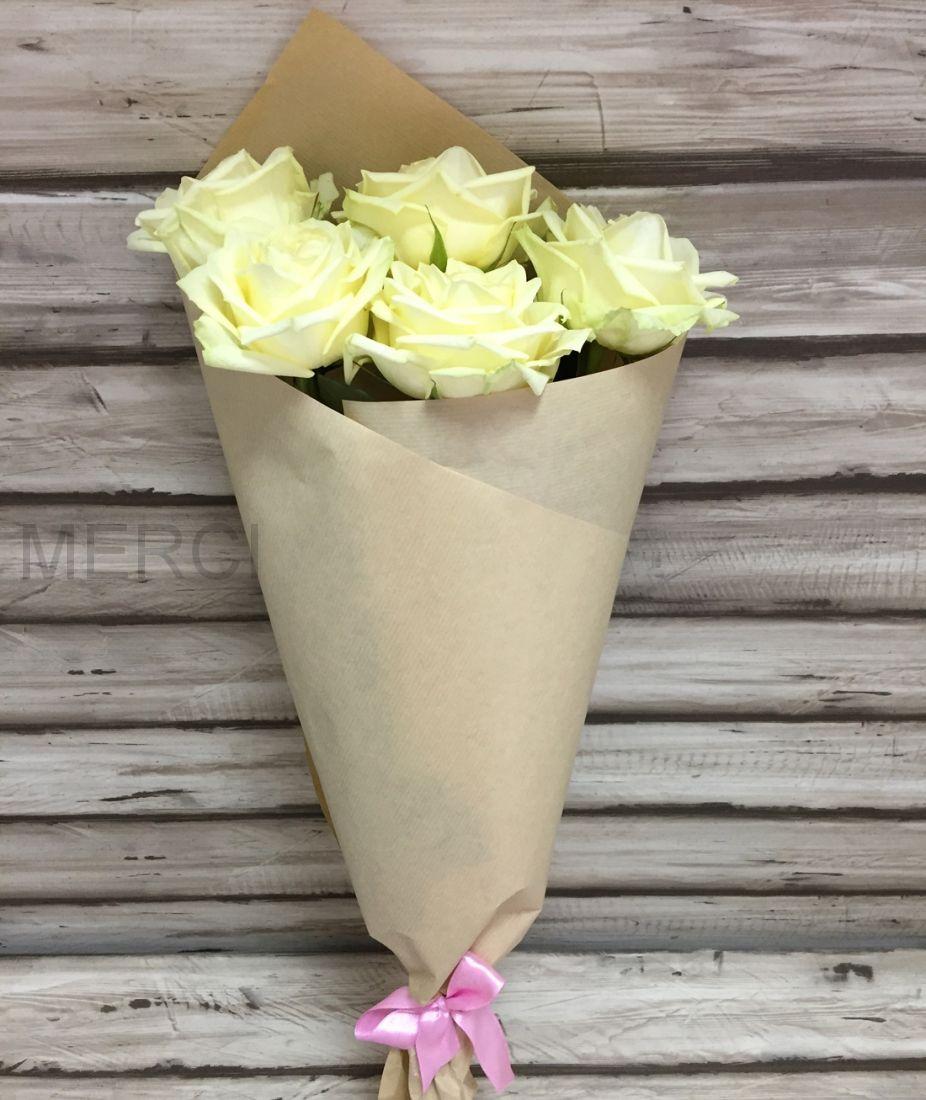 Букет из 5 роз в крафте