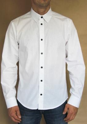 Мужская сорочка с черными пуговицами