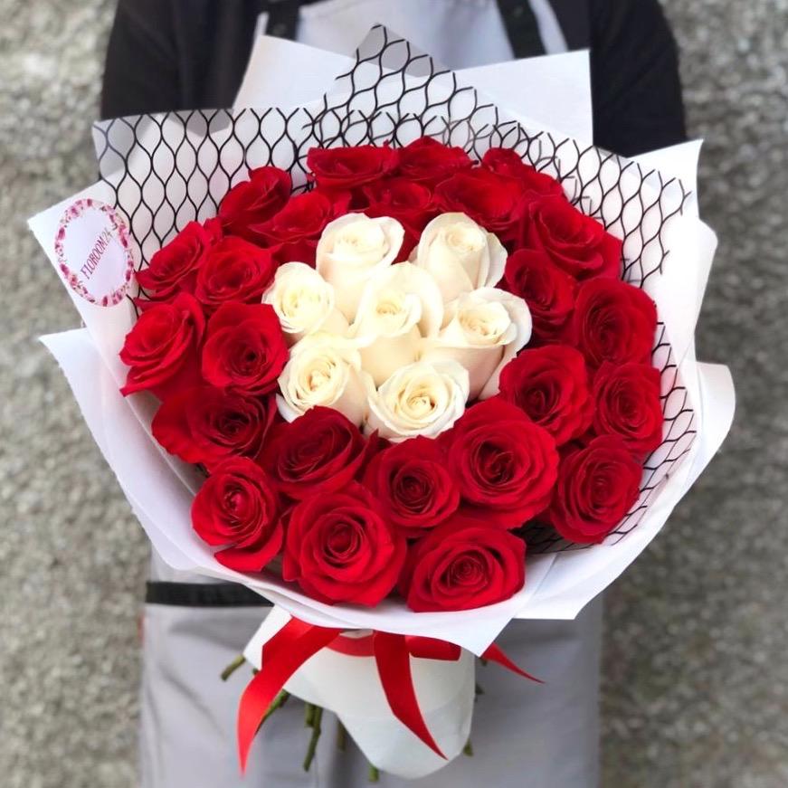 31 роза 60 см в красивой упаковке