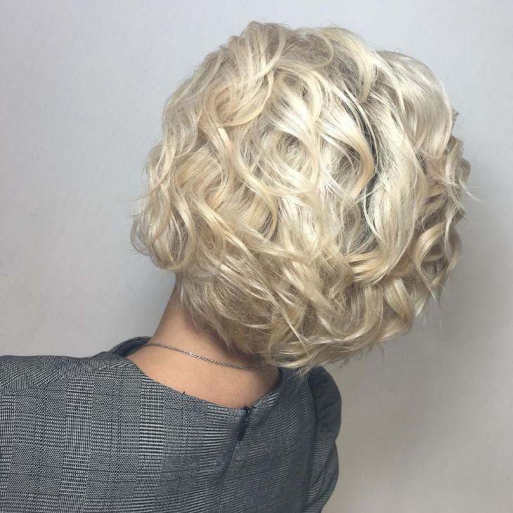 Прическа на среднею длину волос.