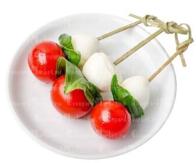 Канапе с сыром Моцарелла и помидорками