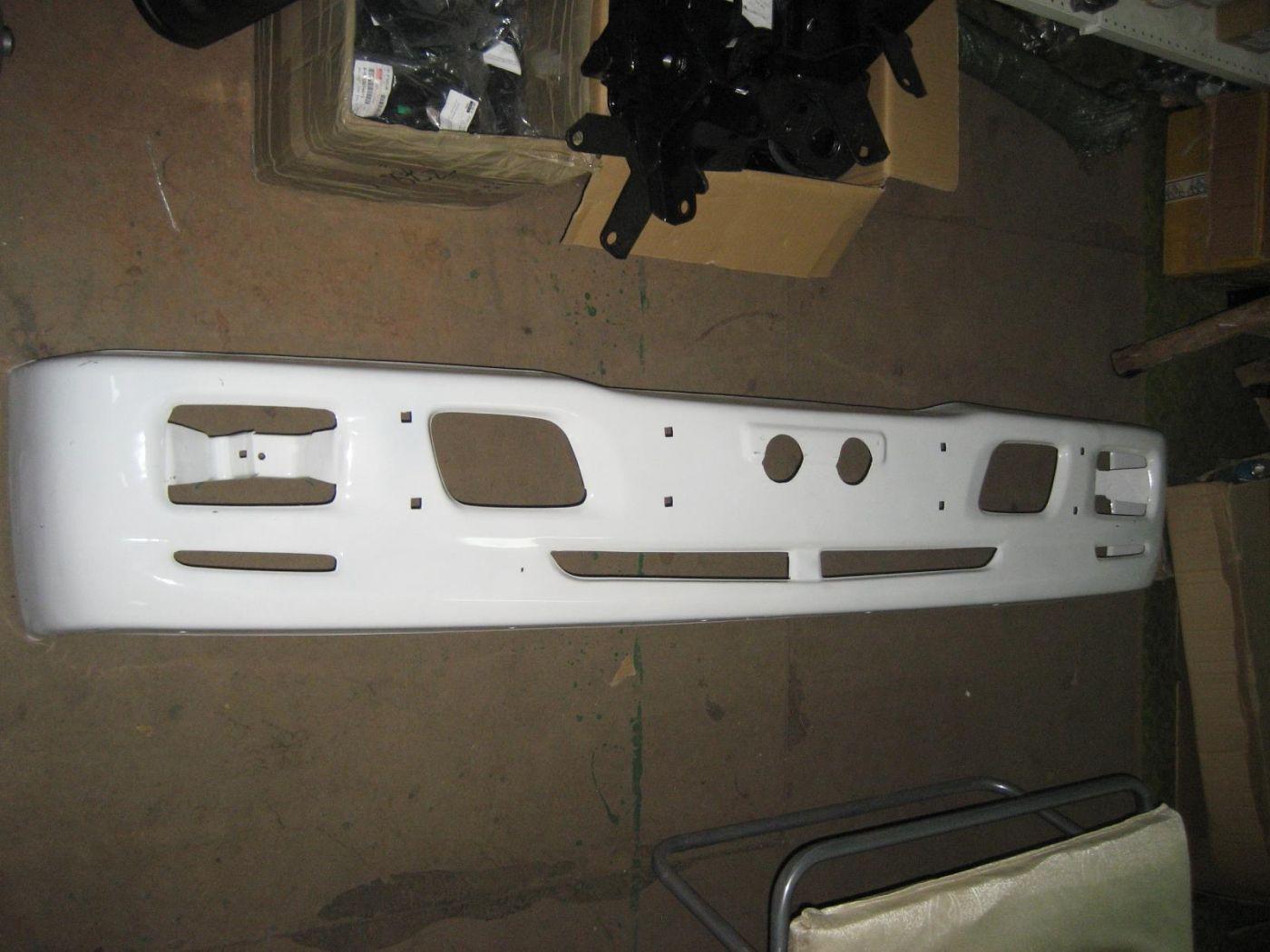 Бампер передний белый ISUZU NQR75