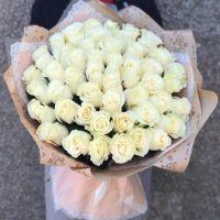 51 белая роза Кения 60 см в красивой упаковке
