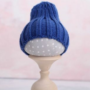 Вязаная шапочка-резинка для куклы - Синяя