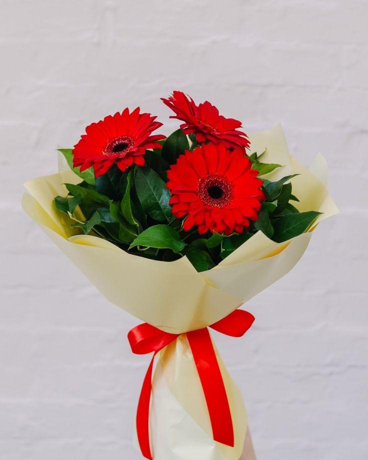 Букет цветов из 3 Гербер с зеленью